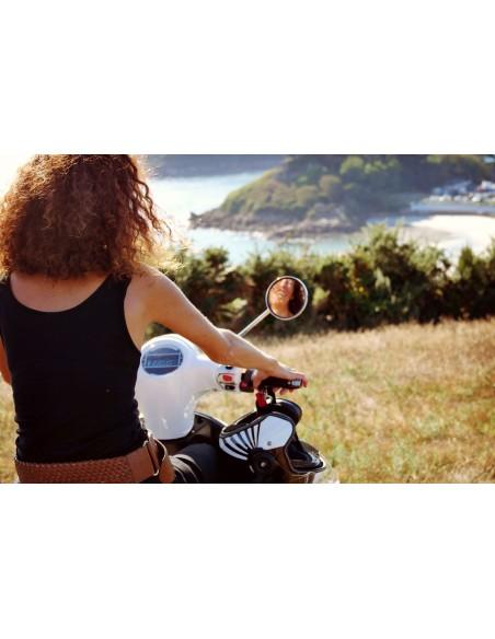 Un style rétro pour l'été avec le scooter électrique e-swan blanc