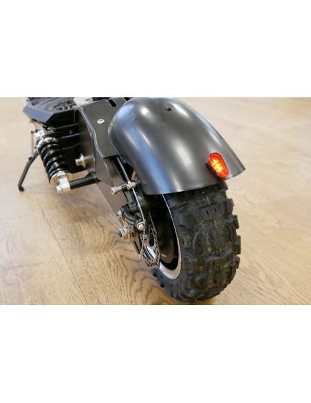 Roue arrière et un feu stop du mini scooter e-monster