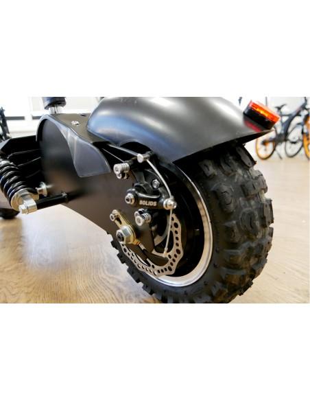 Partie arrière montrant le les amortisseurs et les pneus de la trottinette électrique e-monster