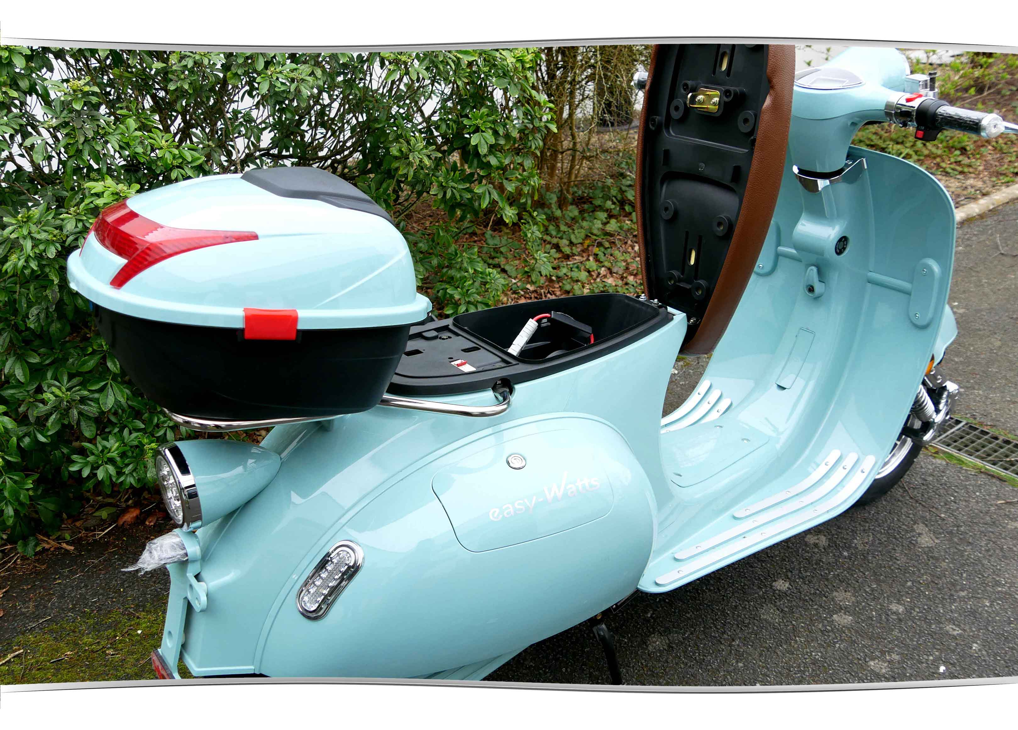 Scooter électrique e-retro batterie au lithium -plan large
